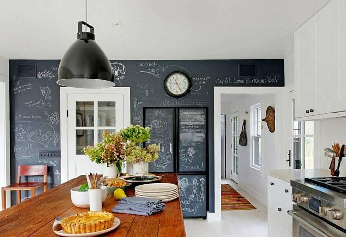целая стена для рисования мелом в дизайне кухни