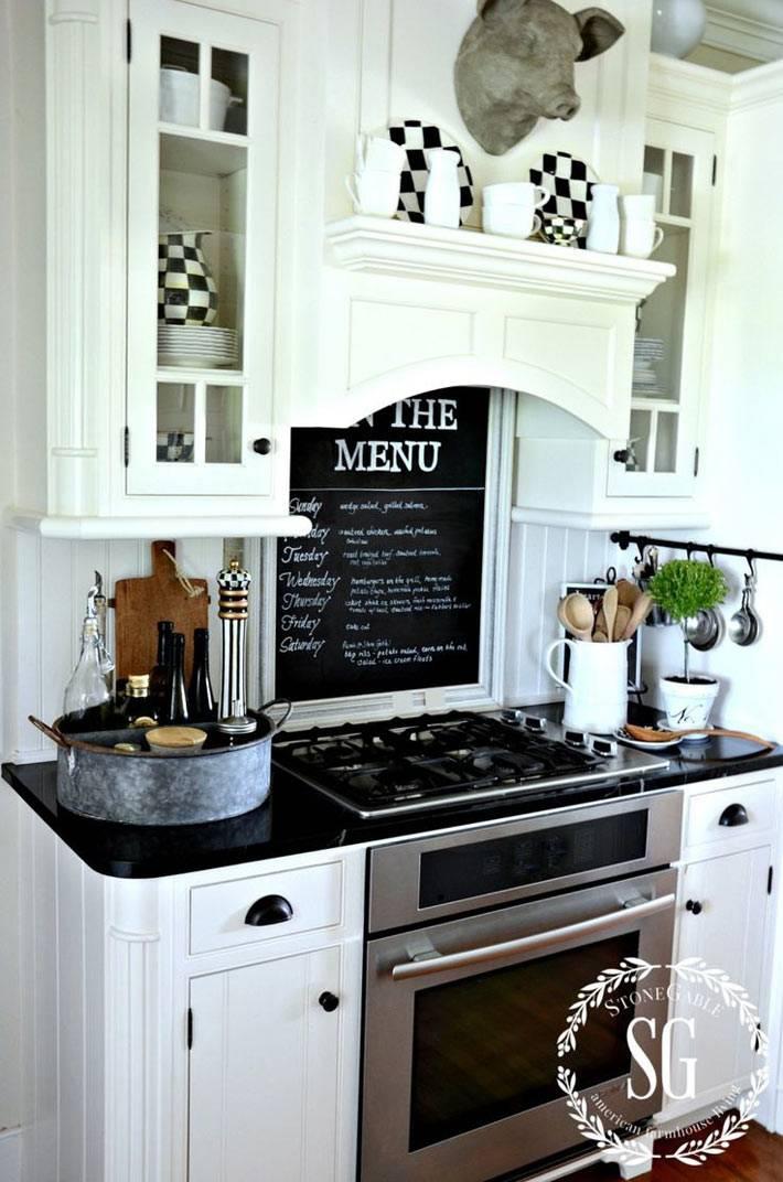 меню на кухне на грифельной доске над плитой в кухне