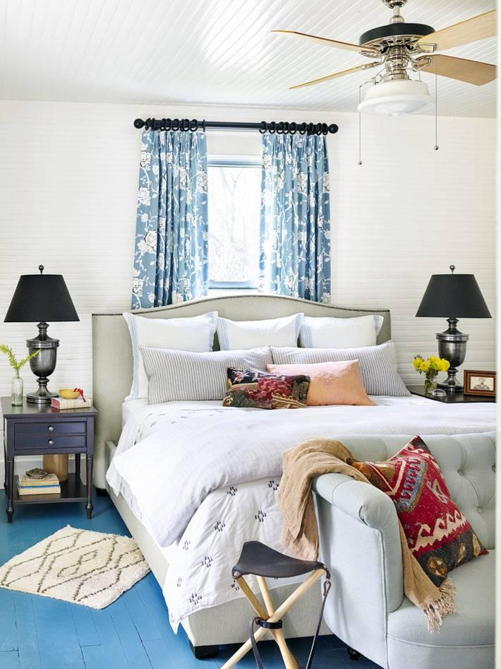 белый цвет с синими акцентами в интерьере спальной комнаты