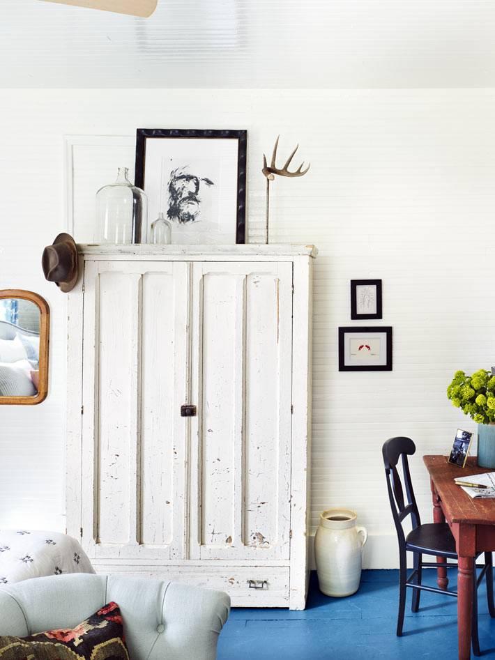 старый белый шкаф в ретро стиле в дизайне спальни