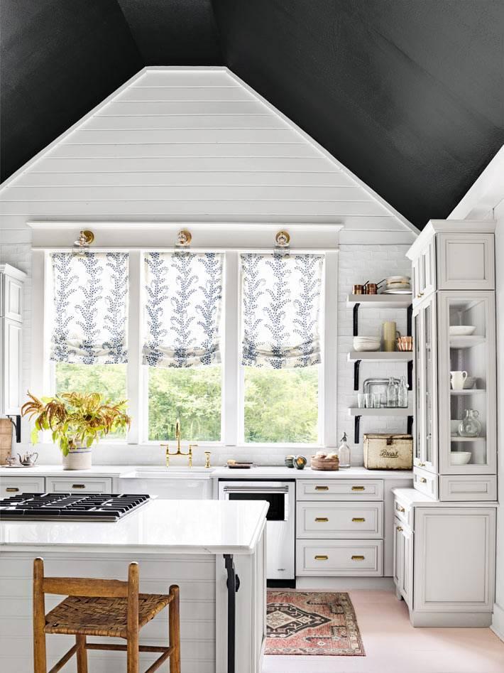 черный потолок в интерьере кухни с белой мебелью фото