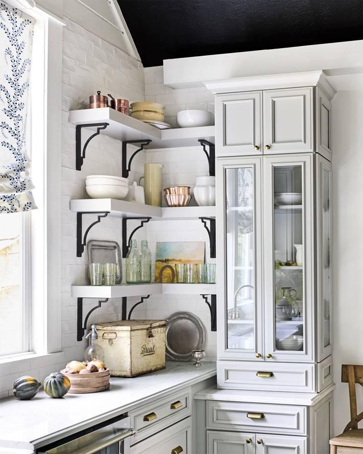 красивая кухня с открытыми полками для хранения посуды фото