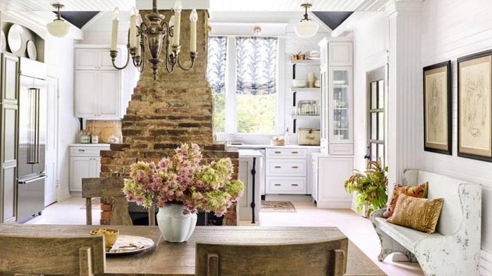 красивый дизайн кухни с кирпичными стенами и камином