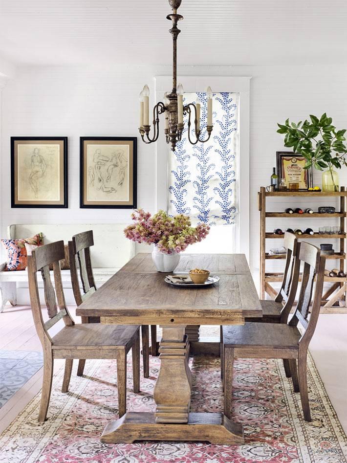 красивый древянный стол в интерьере столовой комнаты