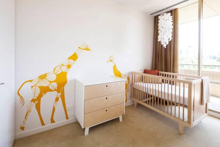 дизайн интерьера детских комнат с разноцветными наклейками на стене фото