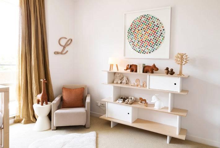 бежевые тона в дизайне интерьера детской комнаты с деревянными полками