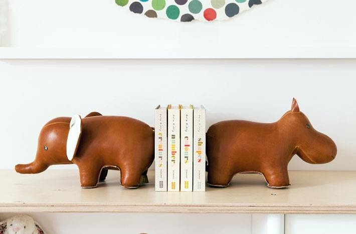 подставки для книг в виде слоников в декоре детской комнаты