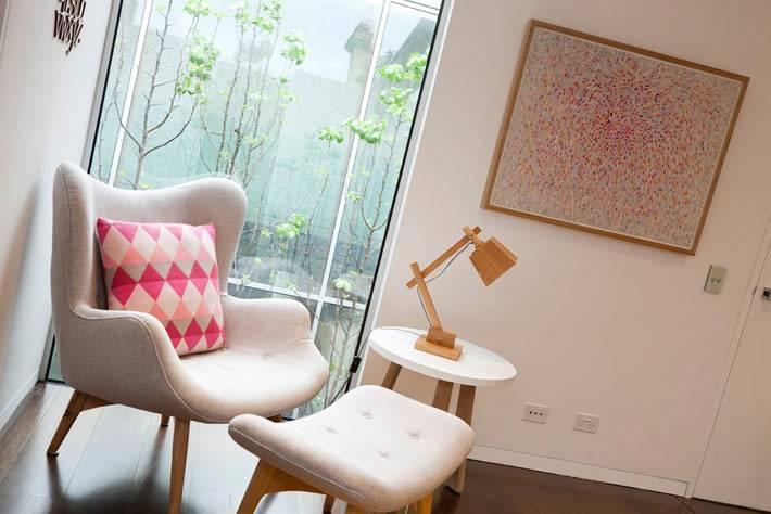 красивый дизайн детской комнаты для младенцев с мягким креслом