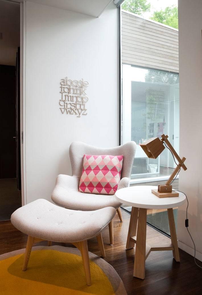 мягкое кресло с подставкой для ног в уютной комнате для младенцев фото