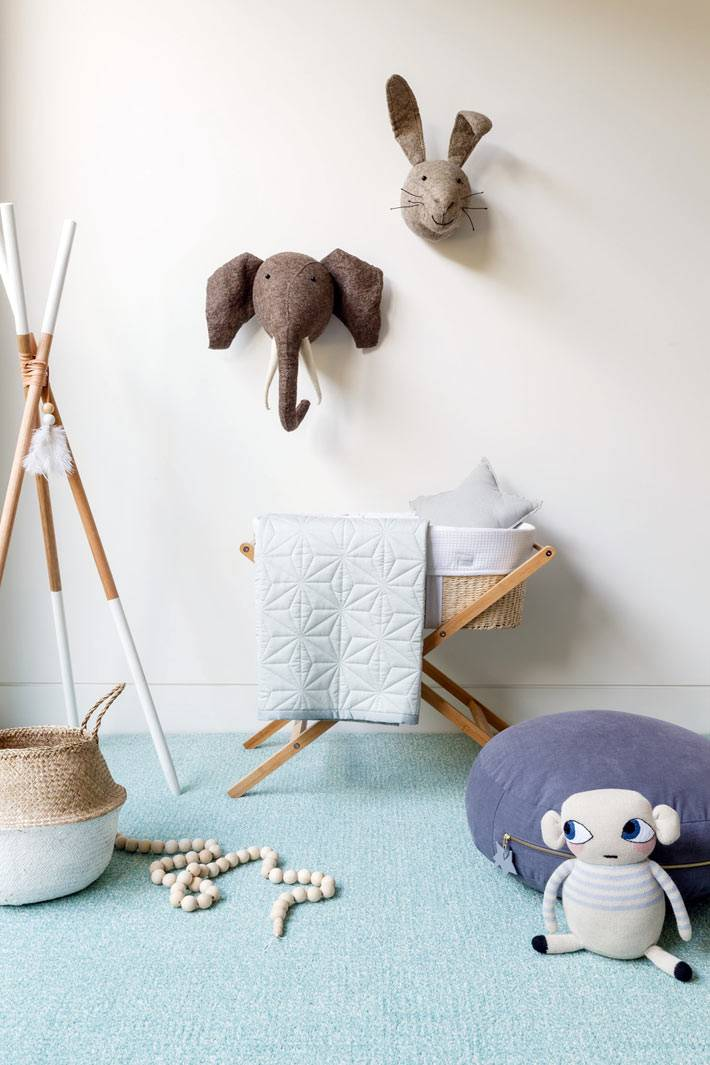 интересный декор детской комнаты с животными на стене