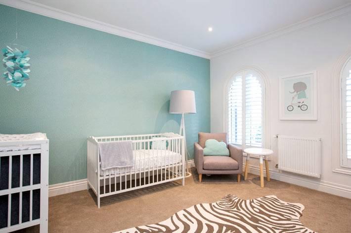голубая акцентная стена в интерьере детской комнаты
