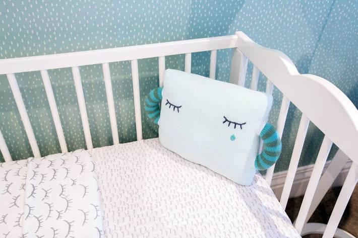 белая детская кроватка в голубом интерьере детской комнаты