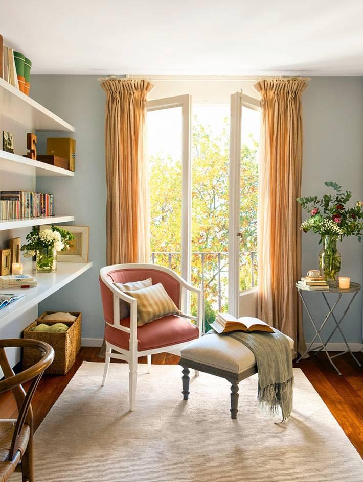 красивый солнечный интерьер квартиры с балконом в Испании