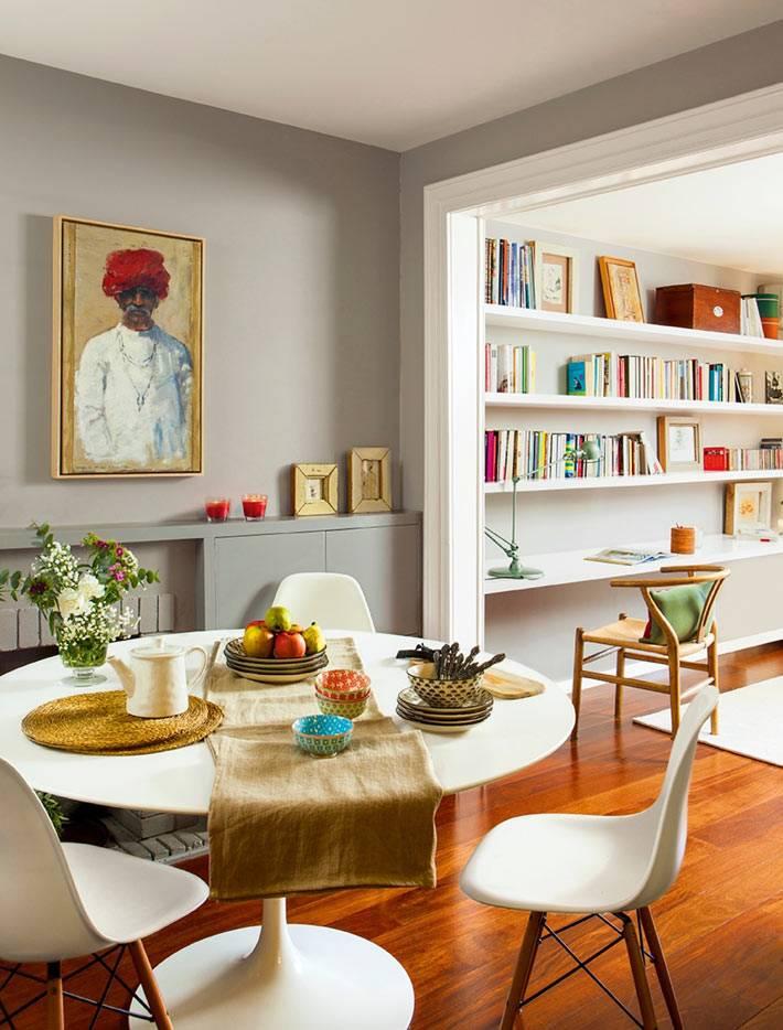 круглый обеденный стол в интерьере квартиры