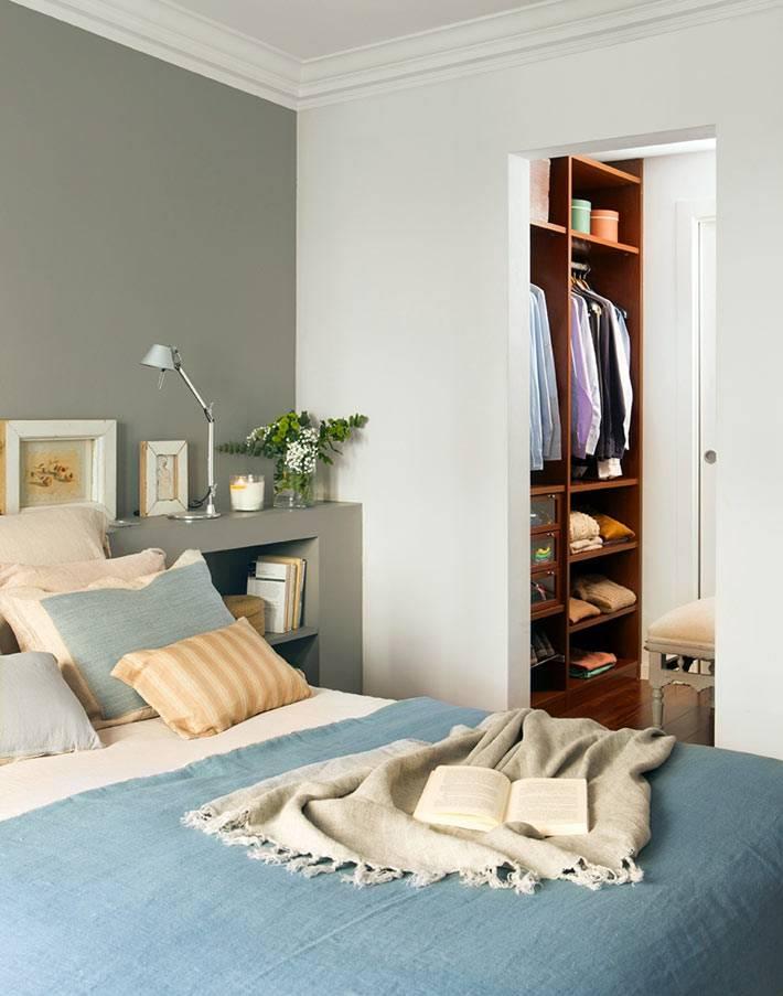 маленькая спальня с гардеробной комнатой в квартире