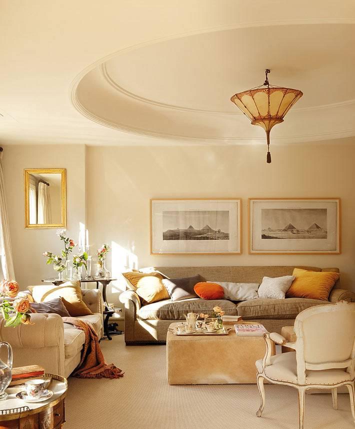 солнечная гостиная комната с кргулым проемом на потолке фото