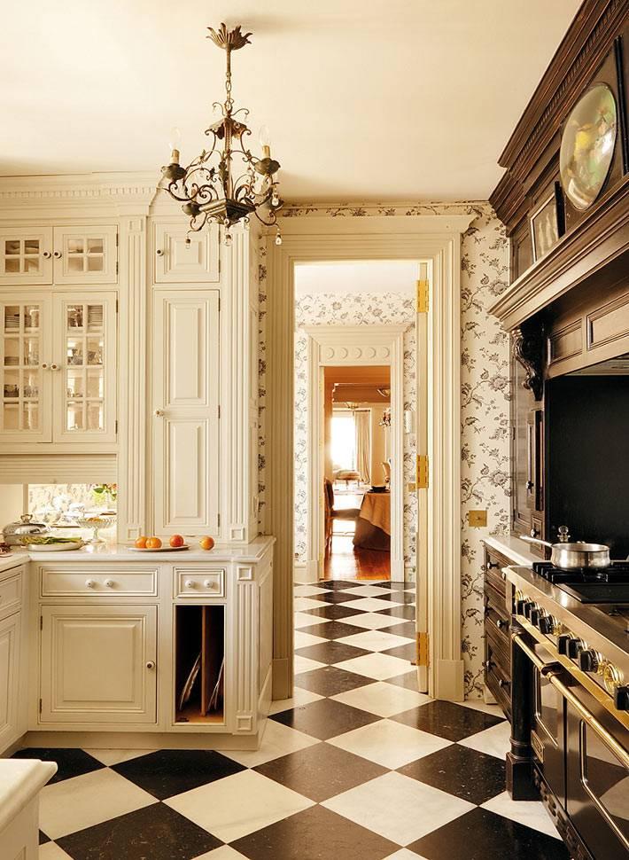красивый интерьер кухни в белом цвете с шахматным полом