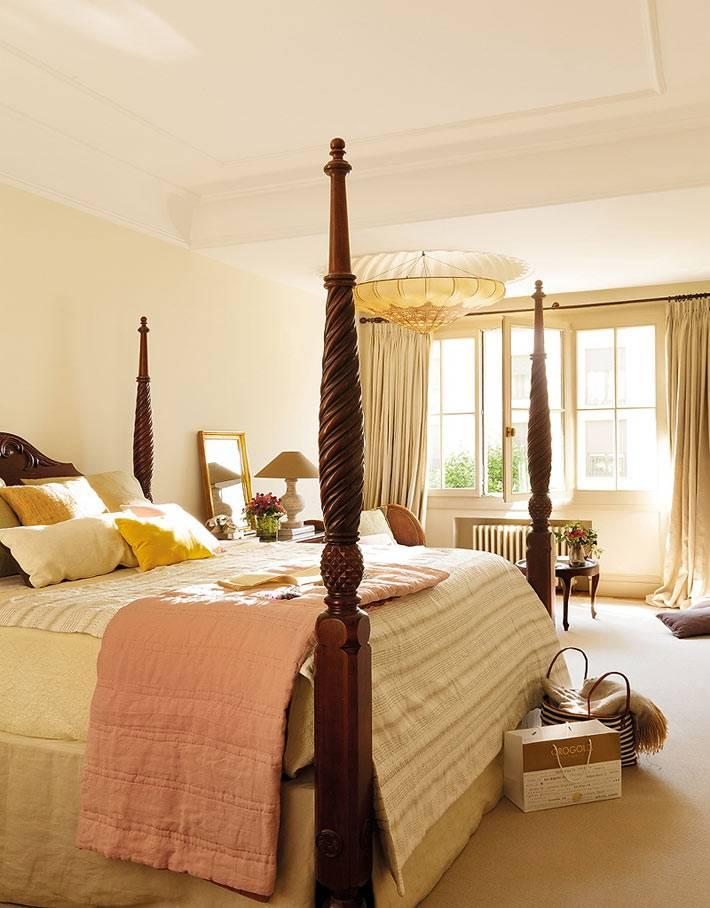 красивая деревянная кровать с пологом для балдахина