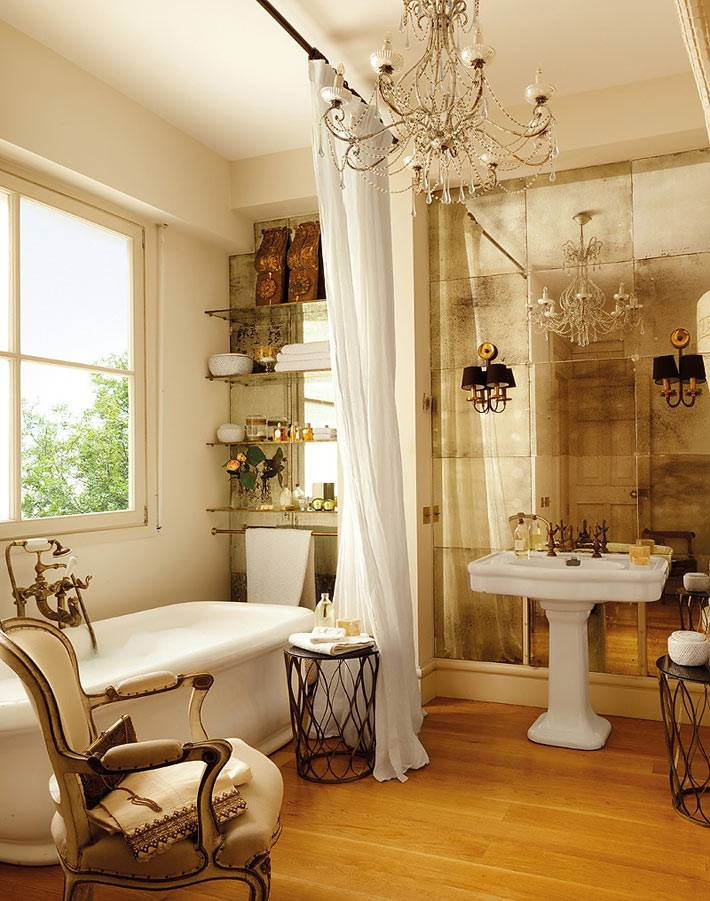 роскошный интерьер ванной комнаты с зеркальной стеной