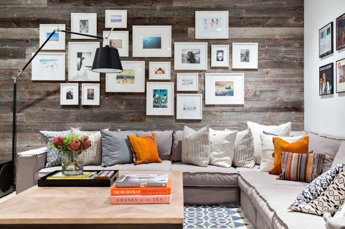 деревянная стена с распечатанными фотографиями в интерьере гостиной