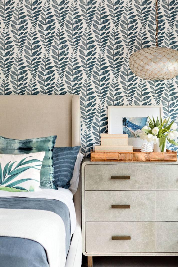 растительный принт на обоях в красивой спальне фото
