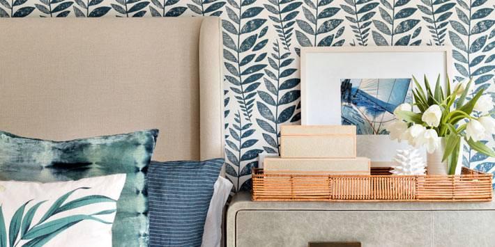 коробки и поднос на прикроватном столике в спальне фото