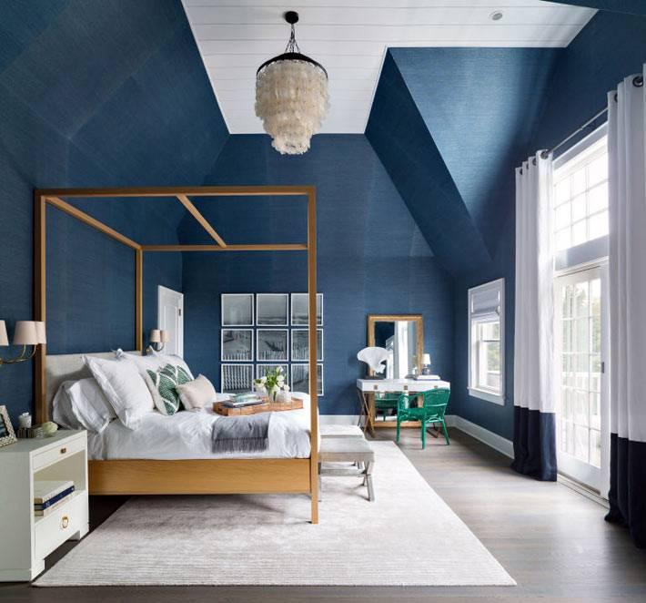 темно-синий цвет в интерьере спальни с высоким потолком