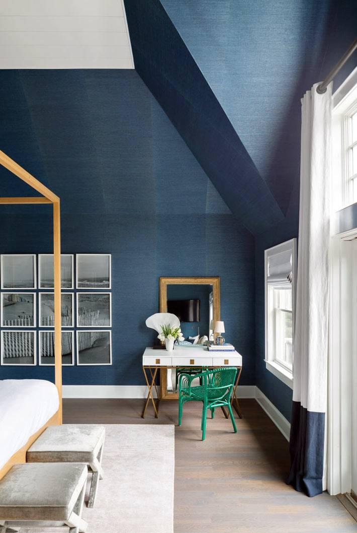 красивый дизайн интерьера спальни с синими стенами