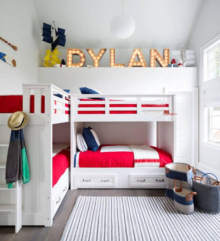 дизайн детской комнаты для многодетной семьи в белом интерьере