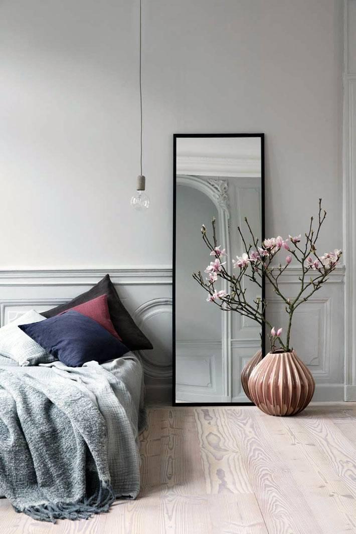 красивая круглая напольная ваза в сером интерьере