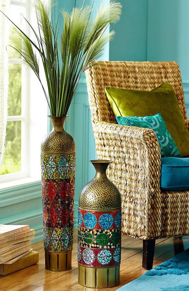 красивые напольные вазы в восточном стиле в доме