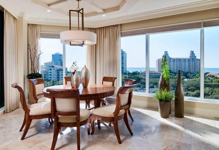 композиция из трех декоративных ваз на полу в квартире