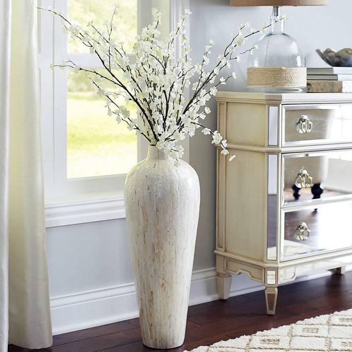 белая состаренная напольная ваза с искусственными цветами