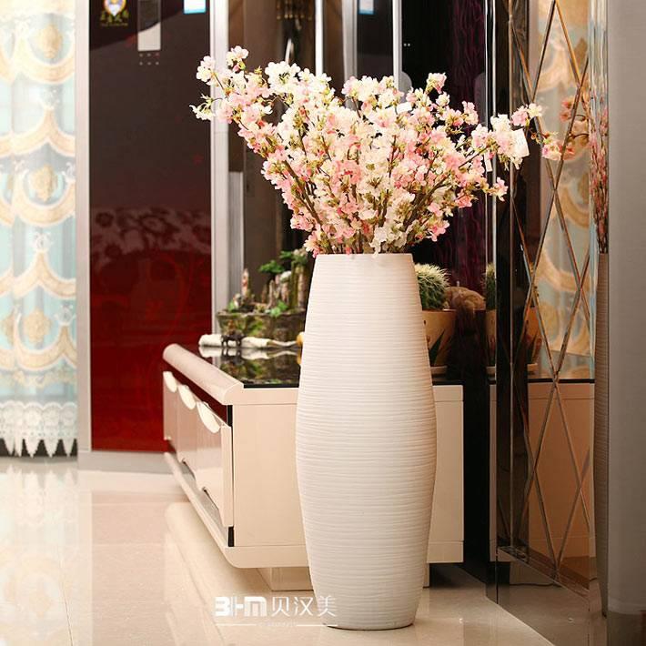красивая белая овальная декоративная ваза в коридоре