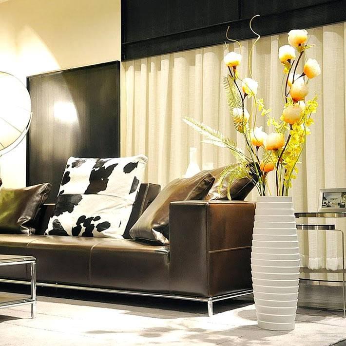 красивая белая напольная ваза в дизайне гостиной комнаты