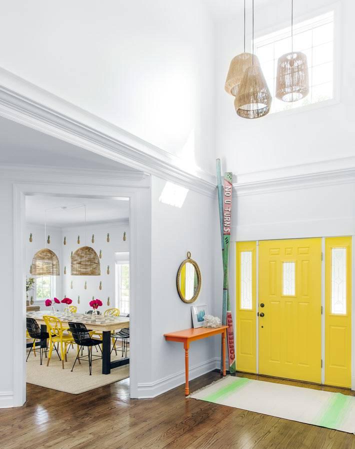 яркая желтая дверь в интерьере пляжного дома