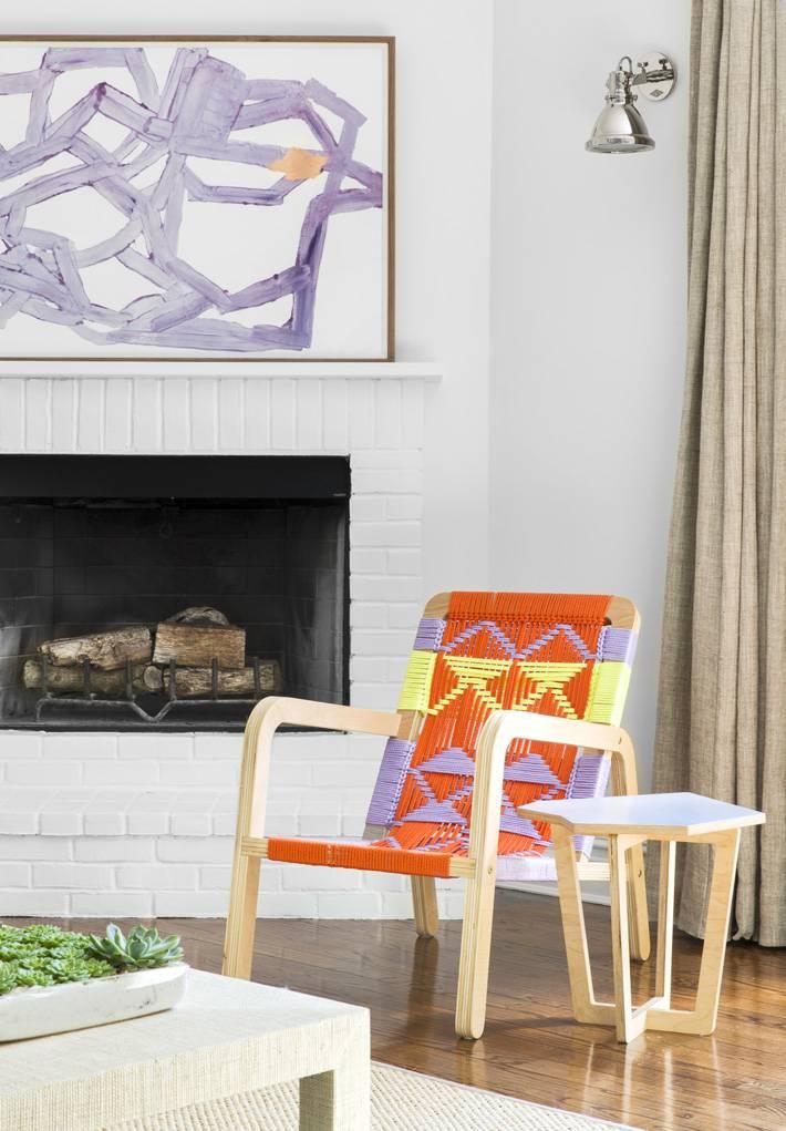 яркая плетеная мебель в интерьере пляжного дома