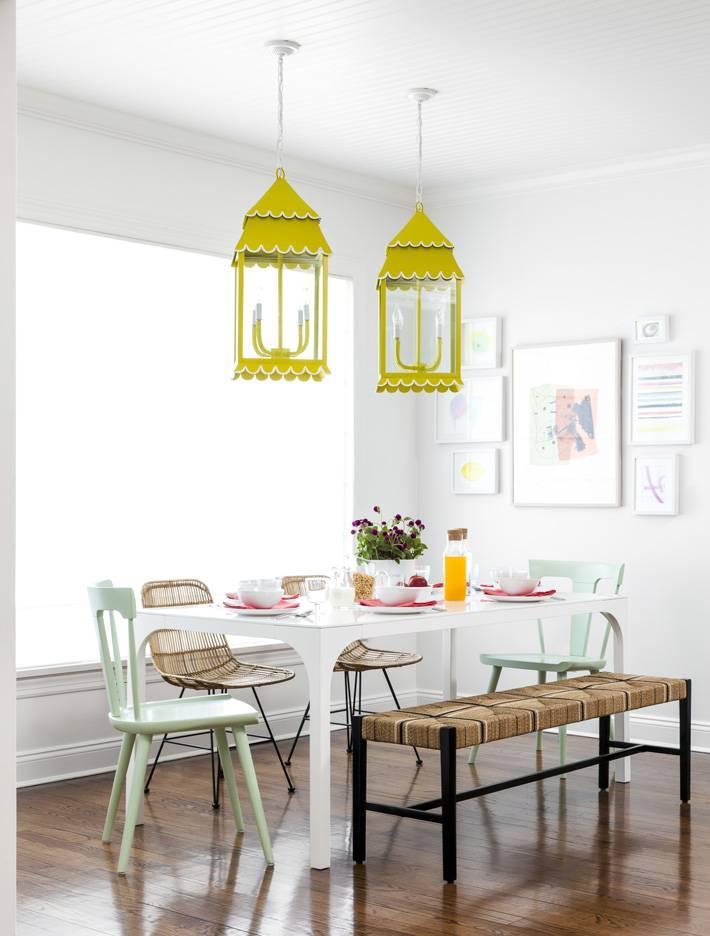 необычные желтые светильники в интерьере столовой комнате