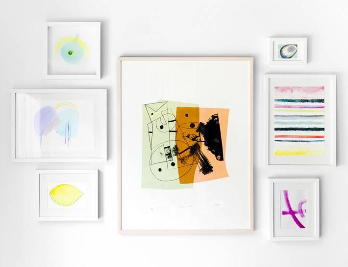 красивые яркие абстрактные картины в интерьере дома