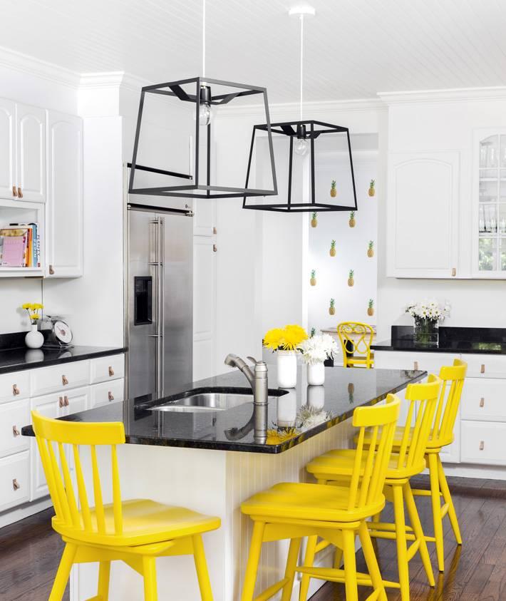 яркие желтые барные стулья в интерьере кухни фото