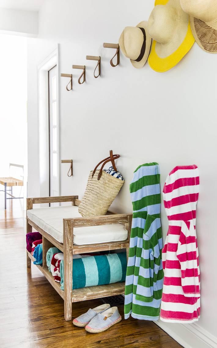 интерьер прихожей пляжного дома с деревянной мебелью