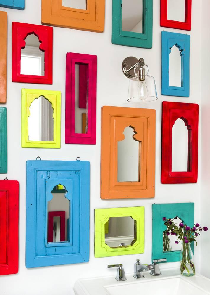 необычный декор из цветных рамок для зеркал фото