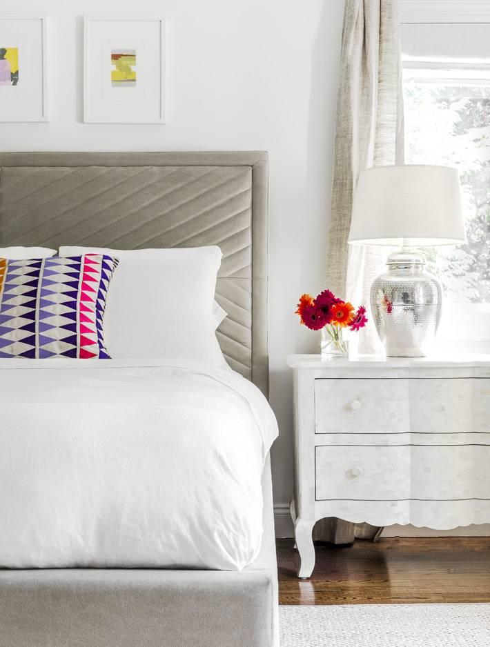 спокойный дизайн интерьера спальной комнаты с приглушенной гамме