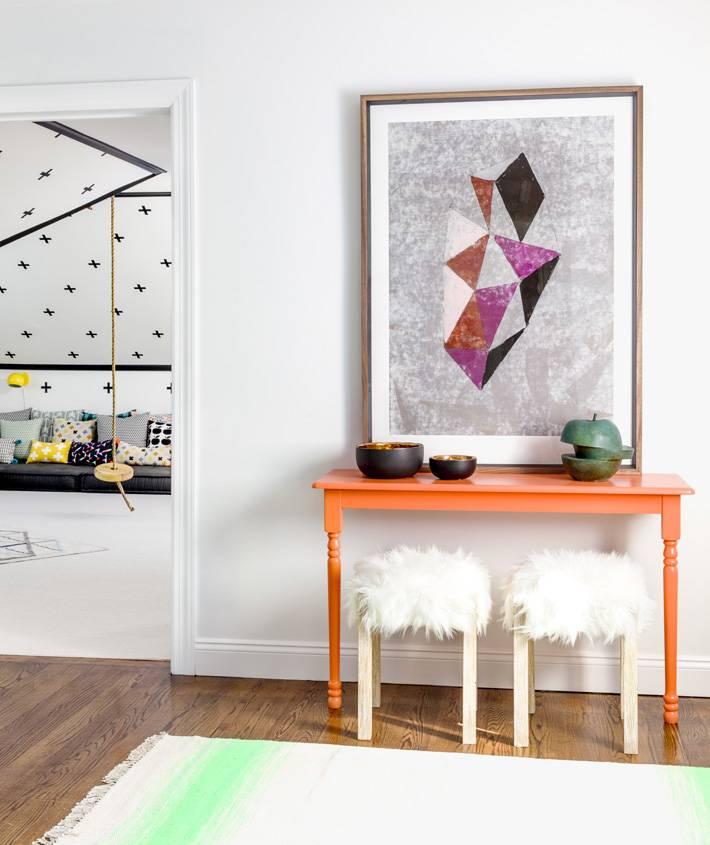 оранжевый консольный столик в интерьере фото