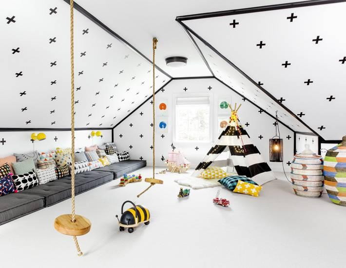 большой интерьер детской игровой комнаты под крышей дома