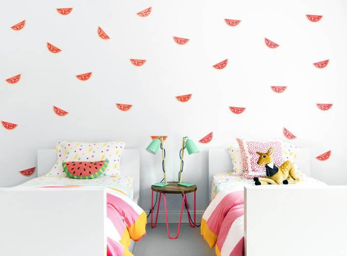 яркий интерьер детской комнаты для девочек