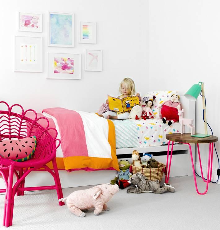 яркая розовая мебель в интерьере детской комнате фото