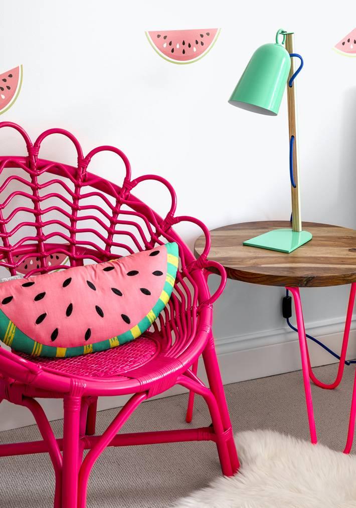 розовое плетеное кресло и красивая детская мебель фото