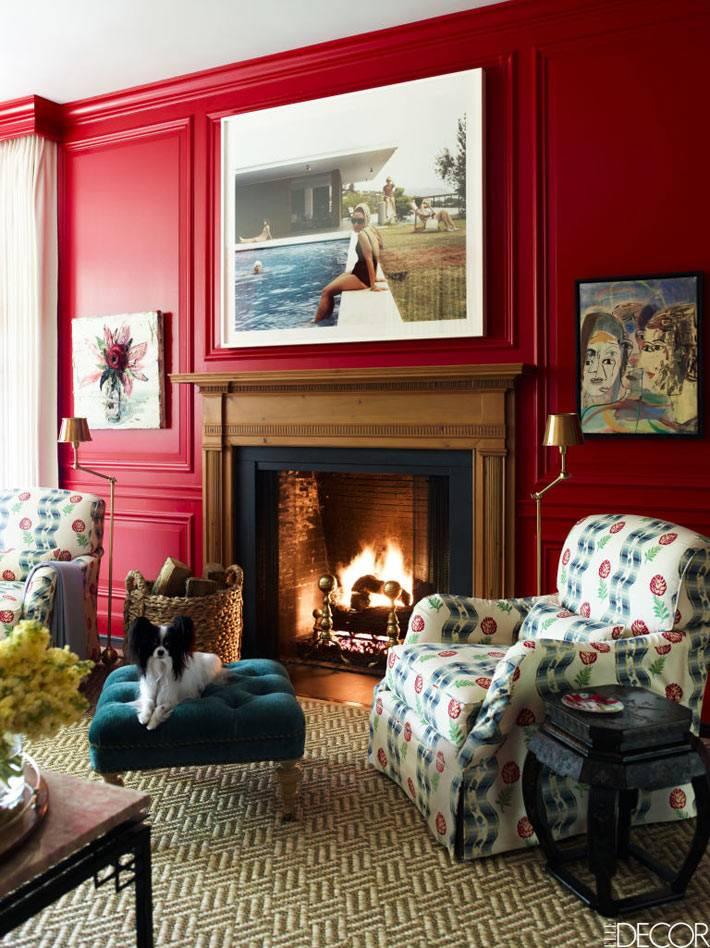 красные деревянные панели в интерьере гостиной фото