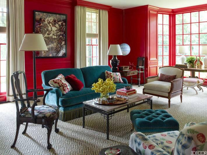 интерьер гостиной с красными стенами и окнами в пол фото